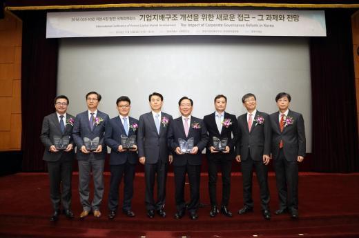 시상식에서 한동우 회장(왼쪽에서 다섯번째), 정은보 금융위원회 부위원장(왼쪽에서 네번째)을 포함한 수상자들이 기념촬영을 하고 있다./사진=신한금융