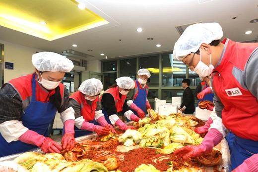 지난 17일 서울 서대문구 노인종합복지관에서 LG유플러스 임직원들이 독거노인을 돕기 위한 '홀몸 어르신의 밥상을 부탁해! 사랑의 김장 나눔' 행사에 참여하고 있는 모습. /사진=LG유플러스