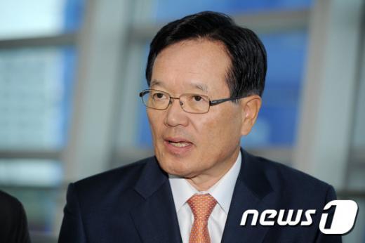 정의화 전 국회의장이 지난달 광주 광산구 송정역에서 '최순실 게이트'와 관련한 기자들의 질문에 답변하고 있다. /사진=뉴스1