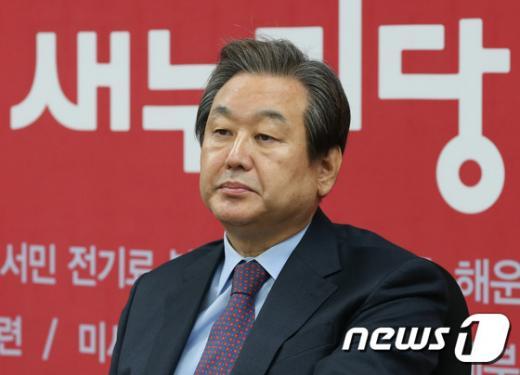 """[김무성 전 대표 긴급회견] """"박 대통령은 국민·새누리당 배신""""(속보)"""