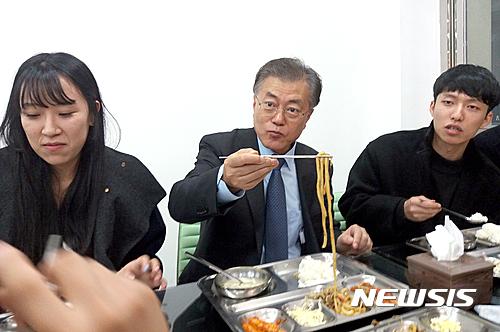 문재인 숙명여대. 문재인 전 민주당 대표가 지난 21일 대구 북구 경북대 캠퍼스를 방문해 학생들과 점심밥을 먹고 있다. /사진=뉴시스