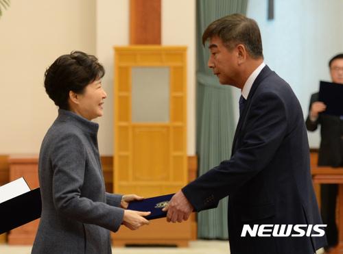 최재경 민정수석 사의. 지난 18일 오후 박근혜 대통령(왼쪽)이 신임 정무직 임명장 수여식이 열린 청와대 충무실에서 최재경 민정수석에게 임명장을 수여하고 있다. /자료사진=뉴시스