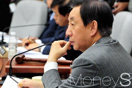 [머니S포토] 박근혜-최순실 게이트 관련 국조 특위, '의원들 안건듣는 김성태'
