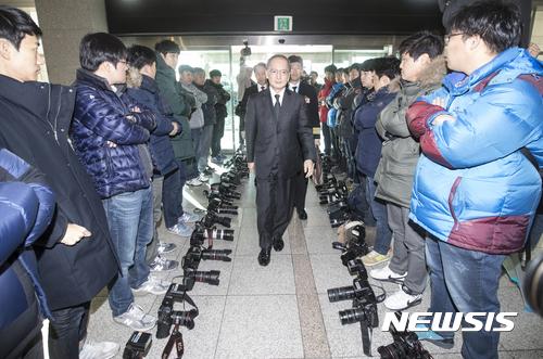 국방부 기자. 지난 23일 서울 용산구 국방부에서 한일 군사정보보호협정 서명하기 위해 입장하는 나가미네 야스마사 주한 일본대사 주위로 사진기자들이 카메라를 내려놓고 취재거부를 하고 있다. /사진=뉴시스