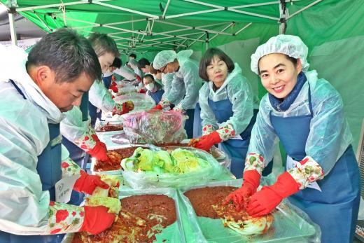 유·스퀘어-금호고속 '사랑의 김치 담그기' 행사