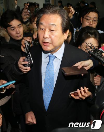 김무성 안철수. 김무성 전 새누리당 대표가 어제(23일) 국회 의원회관에서 긴급 기자회견을 열고 대선 불출마를 선언한 뒤 기자들의 질문을 받고 있다. /사진=뉴스1