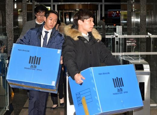 검찰 수사관들이 24일 오후 서울 서린동 SK본사에서 면세점 사업 관련 의혹과 관련해 SK그룹 수펙스추구협의회 압수수색을 마친 후 압수품이 담긴 상자를 들고 나서고 있다./사진=뉴스1DB