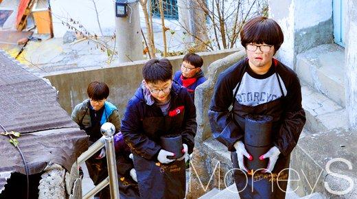 [머니S포토] 서울 홍제초등학교 어린이들, 연탄에 온정 실어 전달