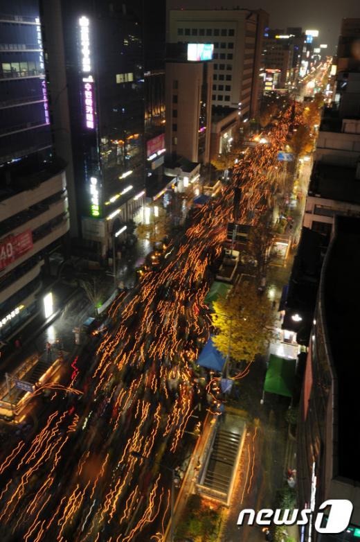 26일 오후 광주 동구 금남로 일원에서 열린 5차 촛불집회에서 초를 든 시민들이 박근혜 대통령 퇴진을 촉구하며 행진을 하고 있다. /사진=뉴스1