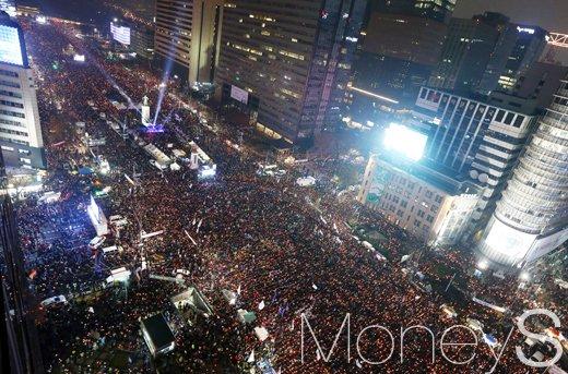 26일 박근혜 대통령의 퇴진을 요구하는 5차 촛불집회가 열린 가운데 청와대 인근까지 '인간 띠 잇기 행진'을 마친 시민들이 본행사에 속속 집결해 광화문광장을 가득 메우고 있다. /사진=사진공동취재단