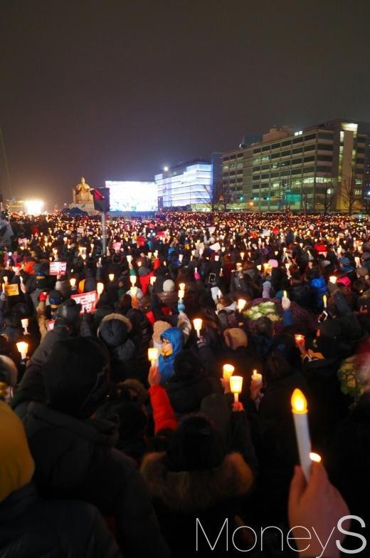 26일 오후 서울 광화문광장에서 진행 중인 5차 촛불집회에 수많은 시민들이 촛불을 들고 박근혜 대통령 퇴진을 촉구하고 있다. /사진=서대웅 기자