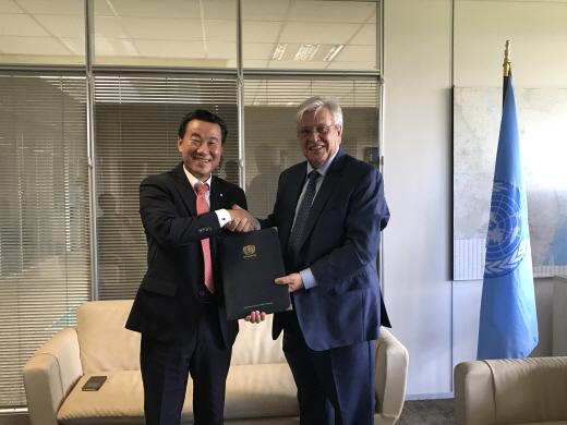 서종대(왼쪽) 한국감정원장과 요한 클로스 유엔 해비타트 사무총장은 최근 아프리카 지역 부동산 가격공시 및 시장관리 분야 협력 사업을 위한 양해각서를 체결했다. /사진=한국감정원