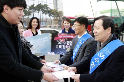 (오른쪽)이원태 수협은행장이 28일 고객감사 대잔치'를 홍보하는 가두캠페인을 실시했다./사진=수협은행