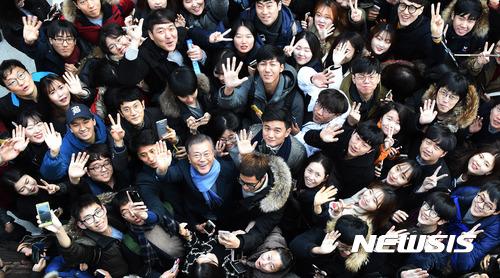 문재인 대전. 문재인 전 민주당 대표가 오늘(28일) 대전 유성구 한 카페에서 열린 '대전지역 대학생과 함께하는 시국대화'에서 대학생들과 기념사진을 찍고 있다. /사진=뉴시스