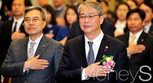 [머니S포토] 국민의례하는 임종룡 위원장