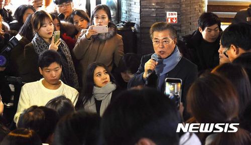 문재인 대전. 문재인 전 민주당 대표가 오늘(28일) 대전 유성구 한 카페에서 '대전지역 대학생과 함께하는 시국대화'를 열고 있다. /사진=뉴시스