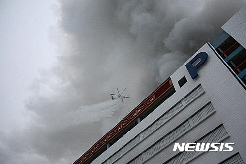 30일 오전 대구 서문시장에서 화재가 발생해 소방헬기가 진화작업을 벌이고 있다. /사진=뉴시스