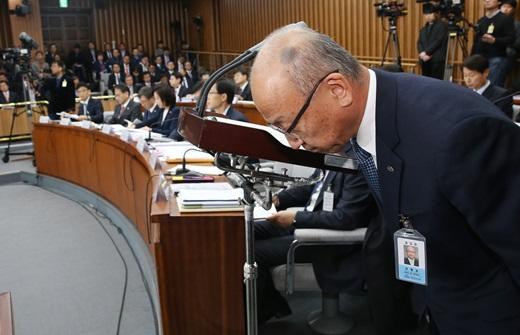 지난 30일 오후 국회에서 열린 '박근혜 정부의 최순실 등 민간인에 의한 국정농단 의혹 사건 진상 규명을 위한 국정조사 특별위원회'에서 문형표 국민연금 이사장이 기관보고에 앞서 고개 숙여 인사하고 있다. /사진=뉴스1