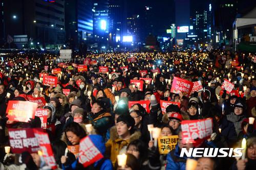 지난 10일 오후 서울 종로구 광화문 광장에서 열린 박근혜 대통령의 즉각 퇴진 촉구 7차 대규모 촛불 집회에서 시민들이 '박근혜 대통령 구속' 손피켓과 촛불을 들고 구호를 외치고 있다. /사진=뉴시스 조성봉 기자
