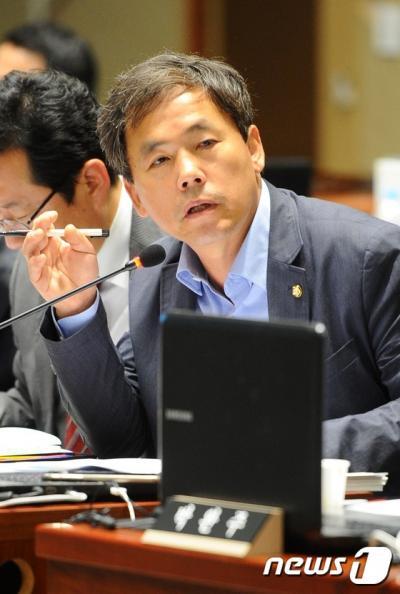 세월호 화물칸. 김현권 민주당 의원이 지난 10월 부산 동구 국제여객터미널에서 열린 국회 농림축산식품해양수산위원회 국정감사에서 질의를 하고 있다. /사진=뉴스1