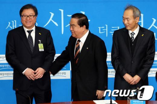 이규연의 스포트라이트. 조대환 청와대 민정수석(왼쪽)이 지난해 1월 국회에서 문희상 민주당 의원(가운데)와 이야기를 나누고 있다. /사진=뉴스1