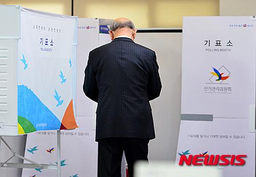 20대 총선이 실시된 지난 4월13일 오전 서울 서대문구 연희동주민센터에 마련된 연희동 제1투표소에서 전두환 전 대통령이 기표소 앞에서 투표 용지를 살펴보고 있다. /자료사진=뉴시스