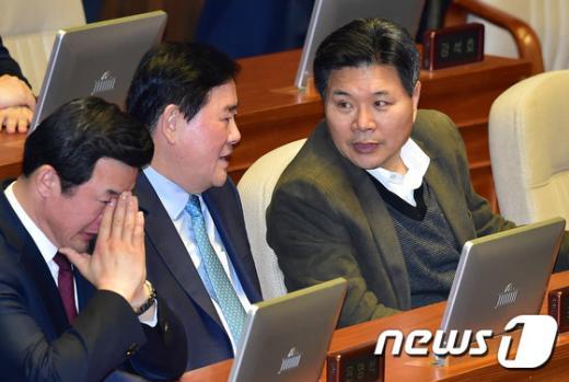 최순실의 남자들. 최경환, 홍문종 새누리당 의원(맨오른쪽)이 지난 9일 국회에서 열린 본회의에서 대화를 하고 있다. /사진=뉴스1