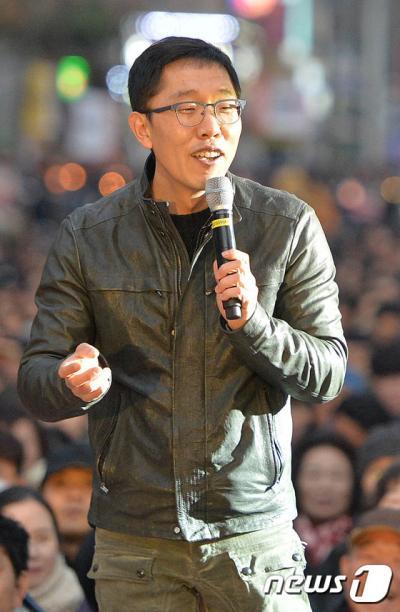 시민의회. 방송인 김제동이 지난 4일 대전 서구 갤러리아 타임월드 앞에서 열린 '김제동과 함께하는 만민공동회'에서 진행을 하고 있다. /사진=뉴스1