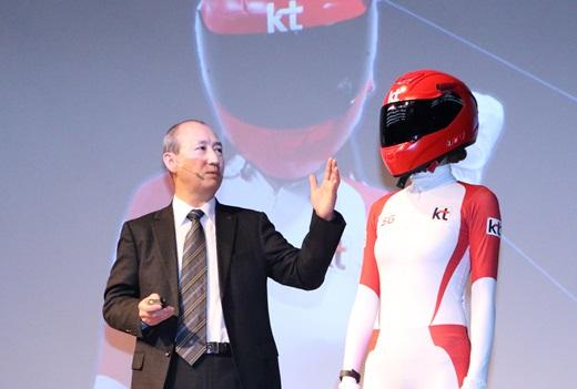 오성목 KT 네트워크부문장이 13일 서울 광화문 KT스퀘어에서 열린 기자간담회에서 5G와 연계된 봅습레이 '싱크뷰'를 시연하고 있다. /사진=KT