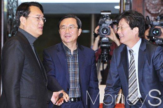 [머니S포토] 새누리당 의원총회, 대화 나누는 정진석-유승민