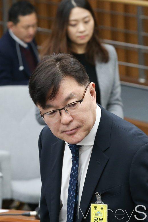 [머니S포토] 자리에 착석하는 김영재 원장