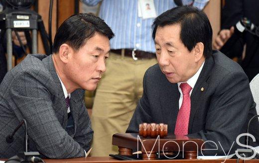 황영철 새누리당 의원(왼쪽). /사진=사진공동취재단