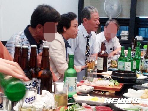 이완영 국회의원. 박영선 민주당 의원이 5차 청문회에서 이완영 국회의원(왼쪽 2번째)과 최순실 측 이경재 변호사(오른쪽 2번째)가 함께 있는 시민 제보사진을 공개했다. /사진=뉴시스(박영선 의원실 제공)