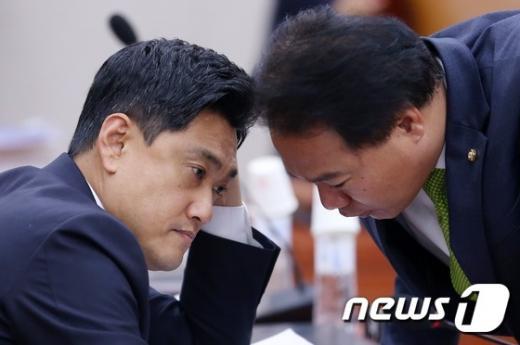 오신환 새누리당 의원(왼쪽). /사진=뉴스1