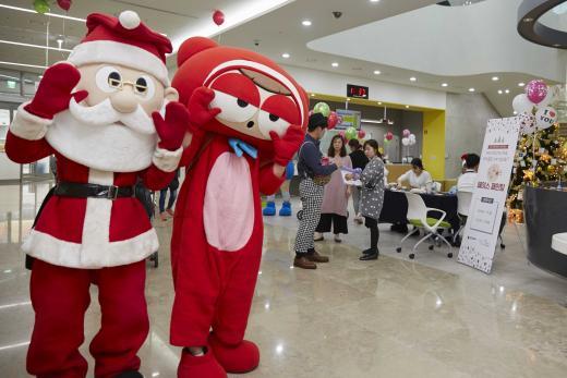 넥슨이 지난 22일 푸르메재단 넥슨어린이재활병원에서 진행한 성탄절 및 연말 특별행사. /사진=넥슨