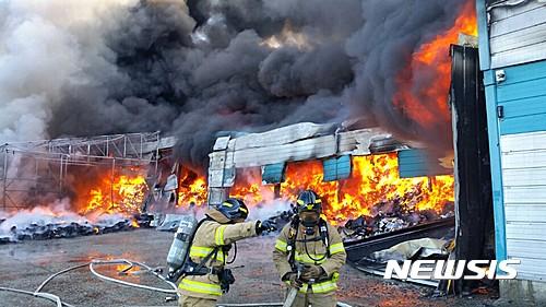 파주 화재. 27일 오후 파주 소재 완구 보관창고에서 화재가 발생해 소방대원들이 진화작업을 벌이고 있다. /사진=뉴시스(파주소방서 제공)