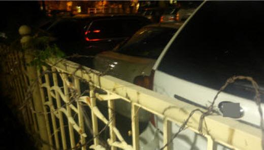 분양아파트와 임대아파트를 분단시킨 철조망./사진=머니투데이