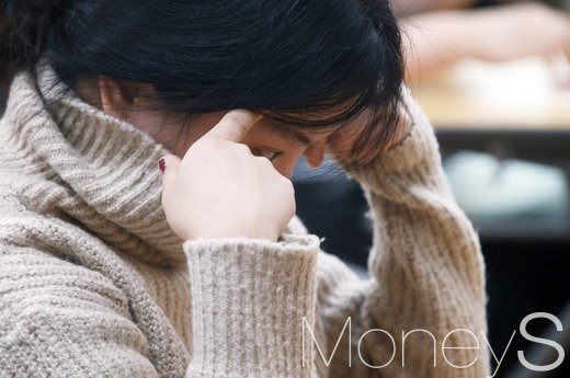 2017학년도 대학수학능력시험일인 지난달 17일 서울 중구 이화여자외국어고등학교에서 한 수험생이 고심을 하고 있다. /자료사진=임한별 기자