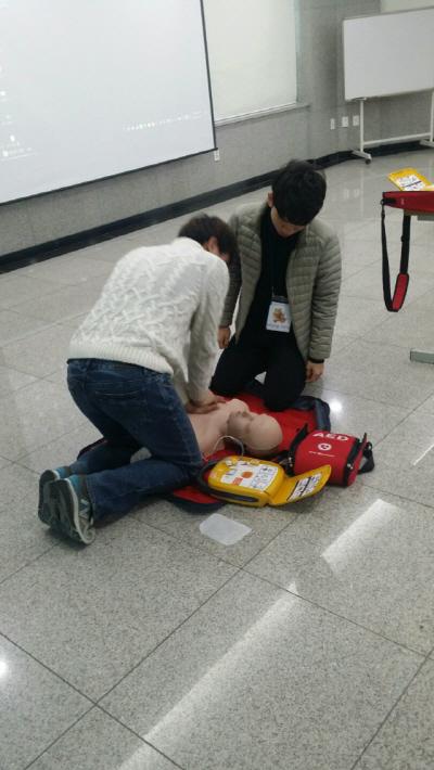 심폐소생술 및 자동심장충격기(AED) 교육 장면. /사진=라디안
