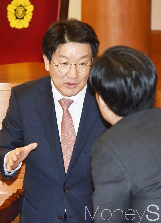 [머니S포토] 박 대통령 변호인단과 대화 나누는 권성동