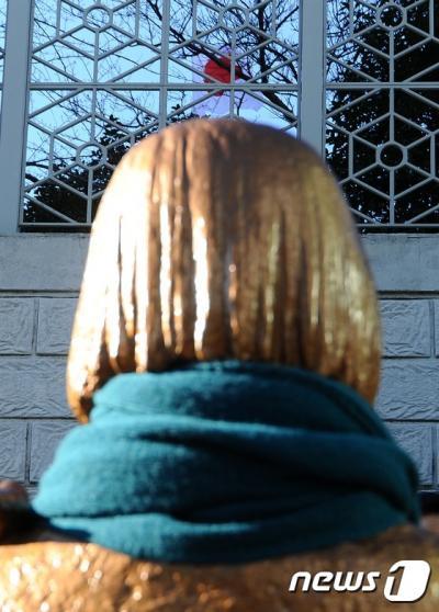 한일 통화스와프. 미래세대가세우는평화의소녀상추진위원회가 지난달 30일 부산 동구 일본총영사관 앞에 '평화의 소녀상'을 설치했다. /사진=뉴스1