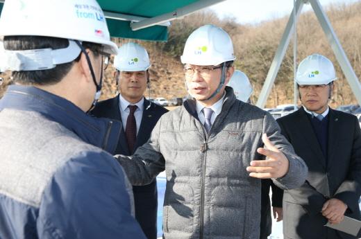 박상우(가운데) LH 사장이 6일 판교창조경제밸리 공사현장을 찾아 진행 상황 등을 점검했다. /사진=LH