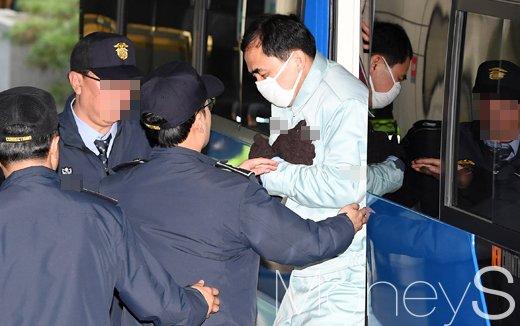 [머니S포토] 호송차에서 내리는 김종 전 차관