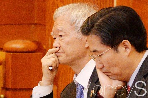 서석구 변호사(왼쪽)가 어제(5일) 서울 종로구 헌법재판소 대심판정에서 박근혜 대통령 탄핵심판 2회 변론기일에 참석했다. /사진=임한별 기자