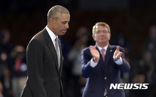 오바마 미국민에 고별사. 버락 오바마 미국 대통령(왼쪽)이 4일(현지시간) 버지니아주 마이어 헨더슨 홀 합동기지에서 열린 임기 마지막 군 사열식에 참석했다. /자료사진=뉴시스(AP 제공)