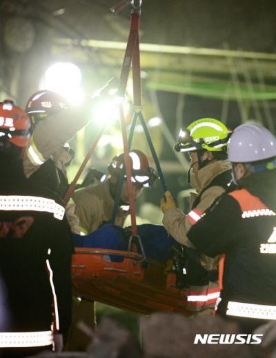 종로 건물붕괴. 낙원동 호텔붕괴 사고. 오늘(9일) 새벽 서울 종로구 낙원동 호텔 건물 붕괴사고현장에서 119구조대가 매몰자를 발견해 이송하고 있다. /사진=뉴시스
