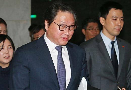 최태원 SK그룹 회장이 지난 2일 서울 광진구 워커힐호텔에서 열린 SK그룹 시무식에 참석하기 위해 로비로 들어서고 있다. /사진=뉴스1