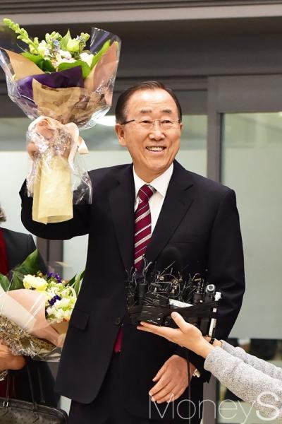 반기문 전 유엔 사무총장이 어제(12일) 인천국제공항을 통해 귀국하고 있다. /사진=임한별 기자