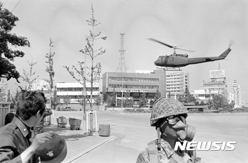5·18 헬기사격. 국과수가 37년만에 5·18 광주항쟁 당시 계엄군의 헬기사격 가능성을 공식적으로 인정했다. 5·18기념재단이 12일 오후 광주 서구 기념재단 시민사랑방에서 당시 촬영된 사진을 공개했다. /사진=뉴시스(5·18기념재단 제공)