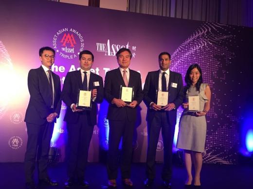 지난 11일 저녁 홍콩 포시즌 호텔에서 진행된 '디 에셋 트리플 에이 어워즈 2016'에서 신한아주유한공사 장성은 부장(가운데)이 타 국가 수상자들과 함께 기념촬영을 하고 있다./사진=신한은행